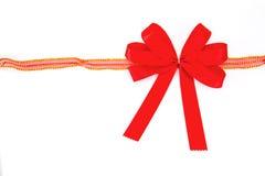 Красная тесемка при смычок изолированный на белой предпосылке Стоковое Фото