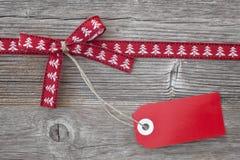 Красная тесемка с биркой стоковые изображения