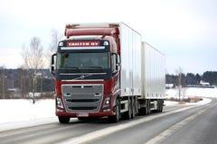 Красная тележка груза Volvo FH на дороге зимы Стоковые Фотографии RF