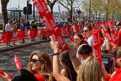 Красная толпа на марафоне Лондона Стоковое Изображение