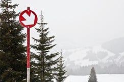 Красная трасса гор-катания на лыжах, стоковое изображение