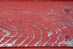 красная увяданная краска на выдержанной древесине стоковое изображение