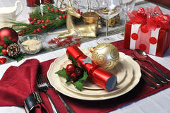 Красная установка таблицы Рождества с настоящим моментом Стоковые Фото