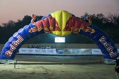Красная финишная черта Bull на гонке Индии велосипеда грязи стоковая фотография