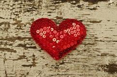 Красная форма сердца на деревянной предпосылке в винтажном стиле Стоковое фото RF