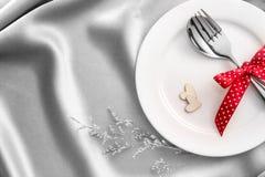 Красная форма сердца с белой пустой плитой с вилкой и ложкой на re Стоковые Изображения