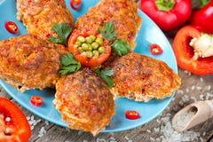 Красная фрикаделька риса паприки болгарского перца испекла в соусе Стоковая Фотография