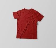 Красная футболка изолированная на серебряной предпосылке Стоковое Изображение RF
