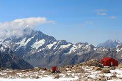 Красная хата на горном пике с снегом в Новой Зеландии стоковые фото