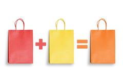 Красная хозяйственная сумка плюс желтый равный апельсин Скидка, сбережения, продвижение подарка покупок Стоковое фото RF