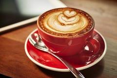 Красная чашка капучино Стоковое Изображение