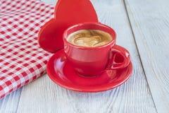 Красная чашка кофе и красный цвет и белизна ckeckered салфетка Стоковое Изображение RF