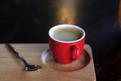 Красная чашка кофе на деревянном подносе стоковая фотография rf