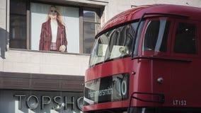 Красная шина Лондона перед магазином Topshop Стоковые Изображения RF