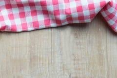Красная шотландка на деревянном столе Стоковая Фотография RF