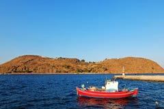 Красная шлюпка в голубой лагуне Стоковое фото RF
