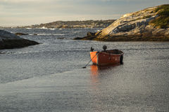 Красная шлюпка на бухте Пегги стоковые фотографии rf