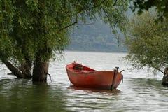 Красная шлюпка на озере Стоковые Изображения RF
