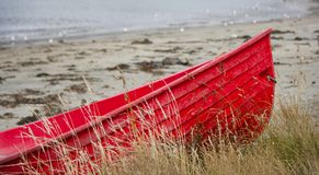 Красная шлюпка на пляже Стоковое фото RF