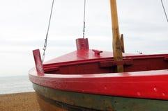 Красная шлюпка на пляже Стоковые Фотографии RF