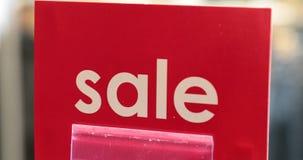 Красная этикетка с продажей надписи в магазине акции видеоматериалы