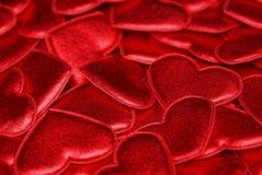 Красная яркая текстура малых декоративных сердец Стоковые Изображения