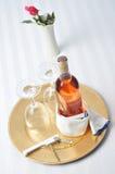 краснеет вино подноса бутылочных стекол Стоковые Изображения RF