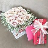 Краснеют розы и красный подарок коробки стоковые фото