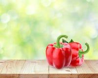2 красного перца на деревянном столе Стоковая Фотография