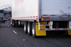Красного цвета тележка semi при semi трейлер включая широкое занятое шоссе Стоковые Изображения