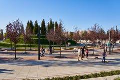 Краснодар, Россия - 7-ое октября 2018: Семьи с детьми идут в парк Краснодар или Galitsky на день осени солнечный В файле стоковое изображение