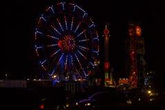 Красное, белое и голубое колесо Ferris фестиваля 4-ое июля на ноче стоковые фото