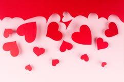 Красное бумажное падение сердец красного облака на розовой предпосылке Фон дня валентинки Стоковые Изображения RF