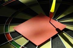 Красное бумажное примечание с стрелкой дротика Стоковое Изображение
