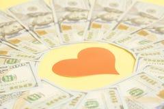 Красное бумажное сердце и 100 долларовых банкнот Стоковые Фото
