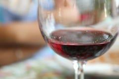 Красное вино в конце стекла вверх Стоковые Фото