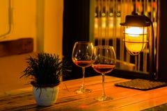 Красное вино в 2 стеклах для романтичного Стоковая Фотография