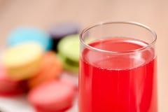 Красное вино в стекле на деревянной таблице Стоковое фото RF