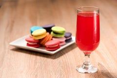 Красное вино в стекле на деревянной таблице Стоковое Изображение RF