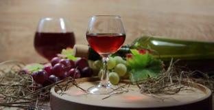 Красное вино в стекле с виноградинами Стоковые Фото