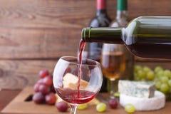 Красное вино лить в стекло, конец-вверх стоковое изображение rf