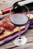 Красное вино и зажаренный стейк говядины Стоковое Фото