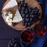 Красное вино и закуски Вино, виноградины, сыр, гайки, оливки Романтичный вечер, натюрморт Стоковое Изображение RF
