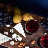 Красное вино и закуски Вино, виноградины, сыр, гайки, оливки Романтичный вечер, натюрморт Стоковая Фотография RF