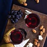 Красное вино и закуски Вино, виноградины, сыр, гайки, оливки Романтичный вечер, натюрморт Стоковая Фотография