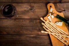 Красное вино и закуски для его Стоковые Фото