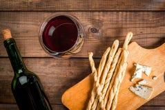 Красное вино и закуски для его Стоковое Изображение RF