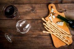 Красное вино и закуски для его Стоковое фото RF