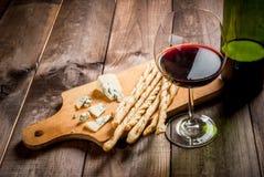 Красное вино и закуски для его Стоковые Изображения RF