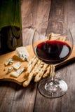 Красное вино и закуски для его Стоковое Изображение